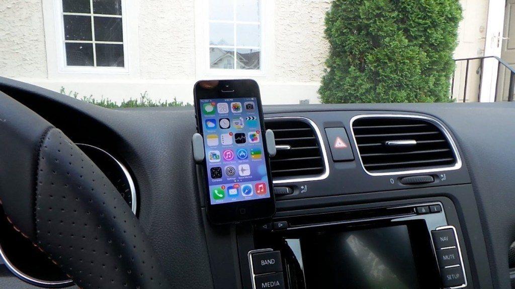 Vantagens e desvantagens de carregar o celular no carro